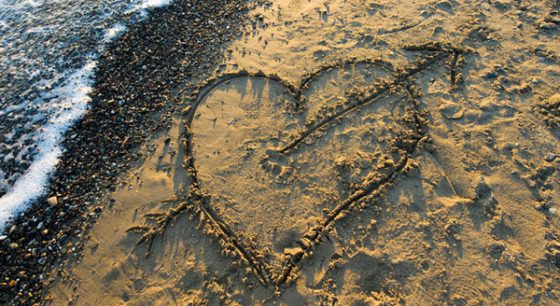op het strand in het zand getekend hart